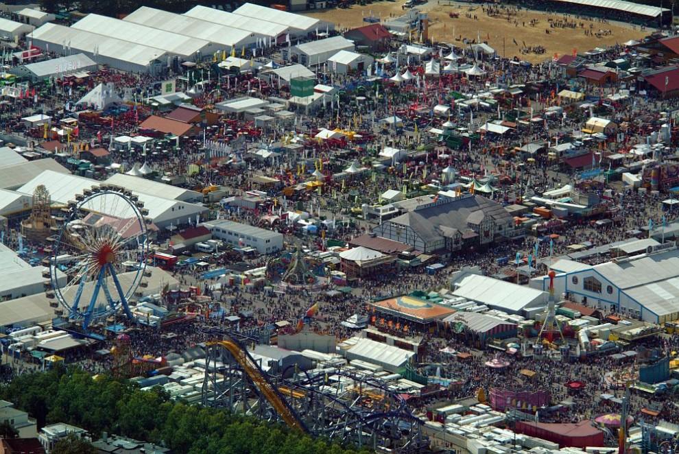11. Вид с воздуха на празднование «Октоберфеста» в Терезиенвизе, Мюнхен, в 2004 году.