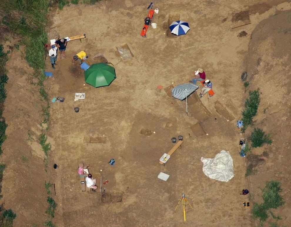9. Вид с воздуха на место археологических раскопок и отдыхающих археологов у объездной трассы к городу Альтдорф летом 2005 года.