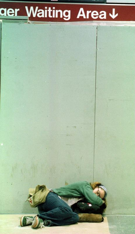 40) Молодая путешественница задремала в ожидании поезда на станции в Нью-Йорке3 сентября, чтобы уехать на выходные на праздник «Дня труда» - последний праздник летнего сезона. (ep/Ezio Petersen UPI)