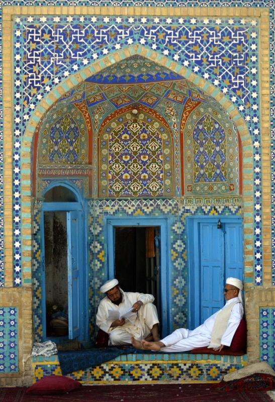 41) Двое мужчин отдыхают в Голубой мечети в Мазар-и-Шариф в Аганской провинции Балкх 24 августа 2009 года. Во время месяца Рамадана – девятого месяца исламского календаря – мусульмане воздерживаются от пищи, питья и курения с восхода до заката. Мазар-и-Шариф – четвертый крупнейший город Афганистана, он располагается на севере. (UPI/Mohammad Kheirkhah)