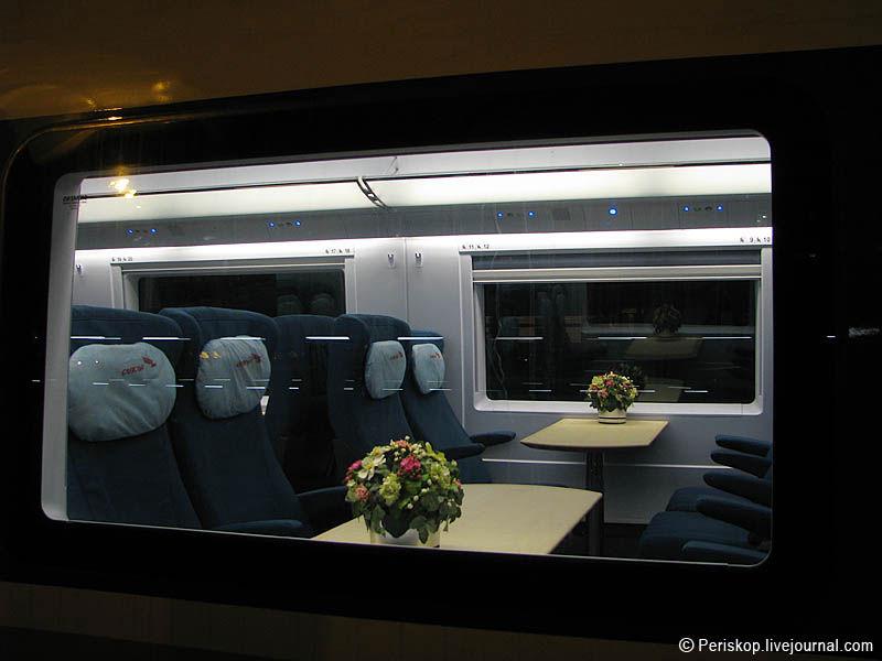 4) В составе поезда 7 вагонов II класса и 2 - I класса, а также один вагон-бистро. Планировка у них, в принципе, похожа (ряды кресел 2+2), только в I классе кожаные кресла, расстояния чуть больше, горячиее питание в составе билета, розетки на каждое кресло и wi-fi. Однако цена различается вдвое.