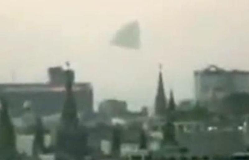 4) Гигантская пирамида НЛО, зависшая над Кремлем в Москве. (RUSSIATODAY / YOUTUBE)