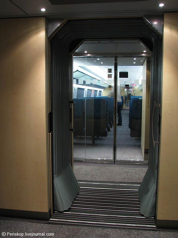 """6) Переходы между вагонами сделаны """"гармошками"""" без переходных дверей. Температура внутри состава везде одна и та же, немотря на мороз снаружи; прозрачные двери в сами пассажирские салоны вагонов открываются автоматически, по фотодатчику - поэтому можно пройти через весь состав, от головы до хвоста, ни разу не прикоснувшись ни к одной двери."""