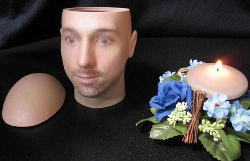 6) Британская фирма Cremation Solutions придумала индивидуальные урны, которые выглядят как портреты умерших людей. Фирма использует реконструкцию лица и 3D картографическое программное обеспечение для воссоздания лица вашего любимого человека. (WENN)