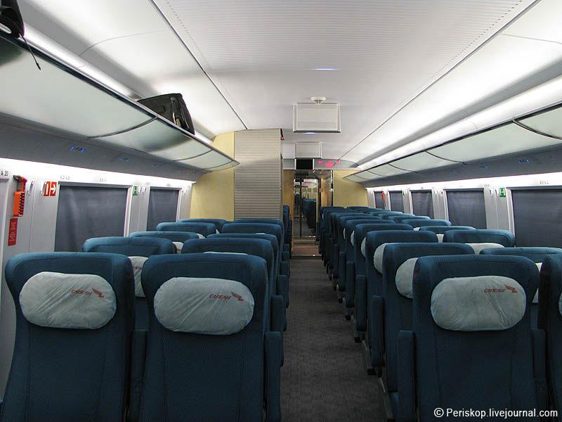 7) Заходим в пассажирский салон вагона 2 класса. Выполнен он в бело-синей гамме, с небольшими светло-жёлтыми и серыми вкраплениями.