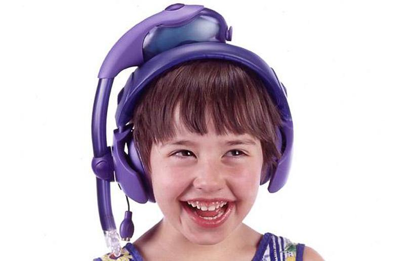 7) Ребенок демонстрирует PediSedate, который мягко успокаивает молодежь вводя наркоз через гарнитуру когда дети играют в портативные игровые консоли. (REX FEATURES)