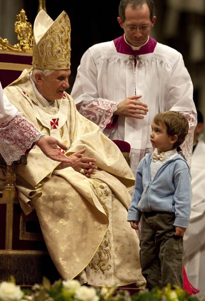 10) В ходе службы к папе подходили дети. (REUTERS/Max Rossi)
