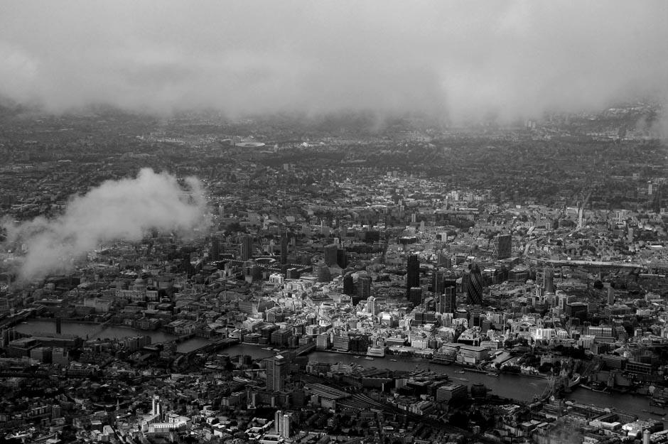 """8) В теме """"Здания"""" победил Джеймс Дэвис с этим захватывающим дух городским пейзажем Лондона. Почему-то кажется что Лондон протяженнотью на целую вечность, исчезающий только за облаками."""