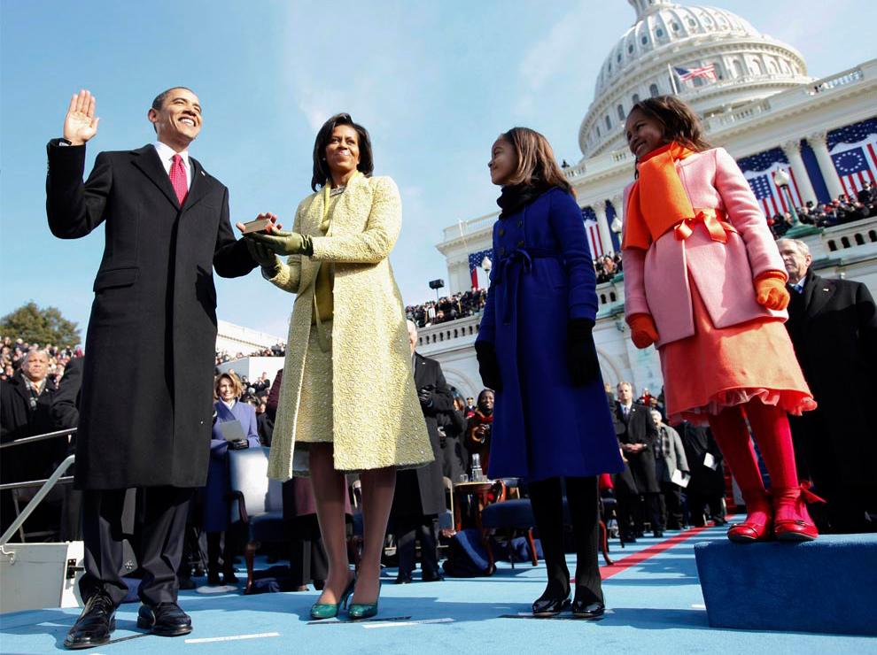 1. Барак Обама в качестве 44-ого президента США присягает на Библии, которую держит его жена Мишель Обама, у Капитолия 20 января 2009 года в Вашингтоне, округ Колумбия. Рядом стоят их дочери – Малия и Саша Обама. (Chuck Kennedy-Pool/Getty Images)