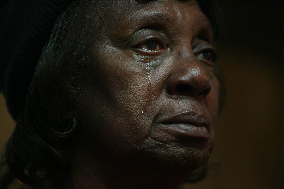 2. 74-летняя Верти Ходж плачет на бульваре Мартина Лютера Кинга 20 января 2009 года во время инаугурации президента США Барака Обамы, который в это время произносит речь. Барак Обама стал первым чернокожим президентом США. (AP Photo/Houston Chronicle, Mayra Beltran)