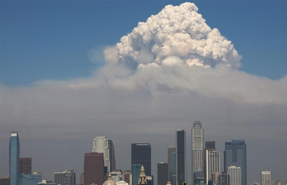 5. Дым от лесного пожара поднимается над центром Лос-Анджелеса 31 августа 2009 года. Лесной пожар (вызванный поджогом) длился более месяца, уничтожив более 250 кв. миль леса и 200 строений. Пожар обошелся в 100 миллионов долларов и стали причиной гибели двух лос-анджелесских пожарных. (AP Photo/Jon Vidar)