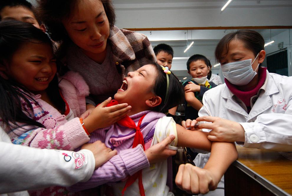 6. Школьнице делают прививку от вируса гриппа H1N1 в больнице Суйнин в провинции Сычуань 11 ноября 2009 года. (REUTERS/Stringer)