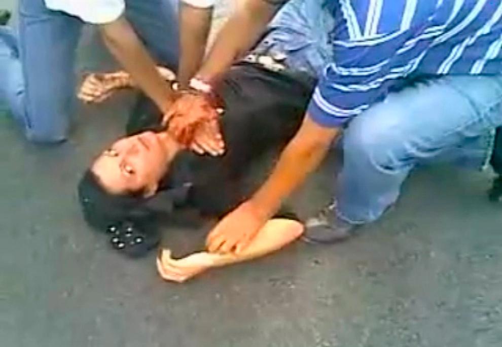 8. На фотографии, вырезанной из видео с YouTube, видна женщина по имени Неда Агха-Солтан, которая лежит на земле после того, как ей выстрелили в грудь в Тегеране 20 июня 2009 года. Иранцы в социальных сетях объявили траур в память о «Неде» - девушке, погибшей в ту субботу. (REUTERS/YouTube)