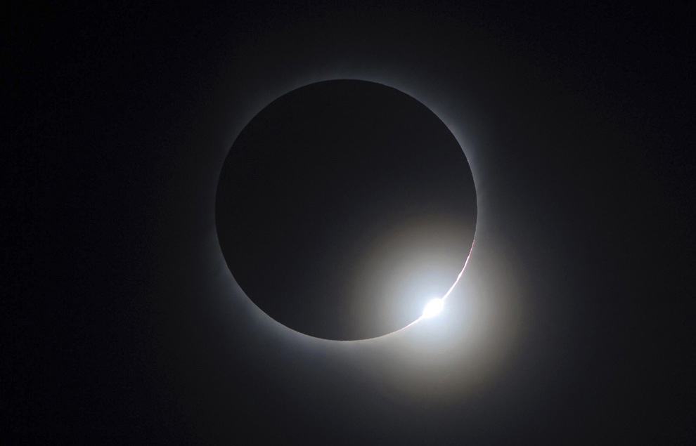 10. Луна встала между Солнцем и Землей во время полного солнечного затмения, которое можно было наблюдать в Чанше, провинция Хунань, Китай, 22 июля 2009 года. (REUTERS/Stringer)