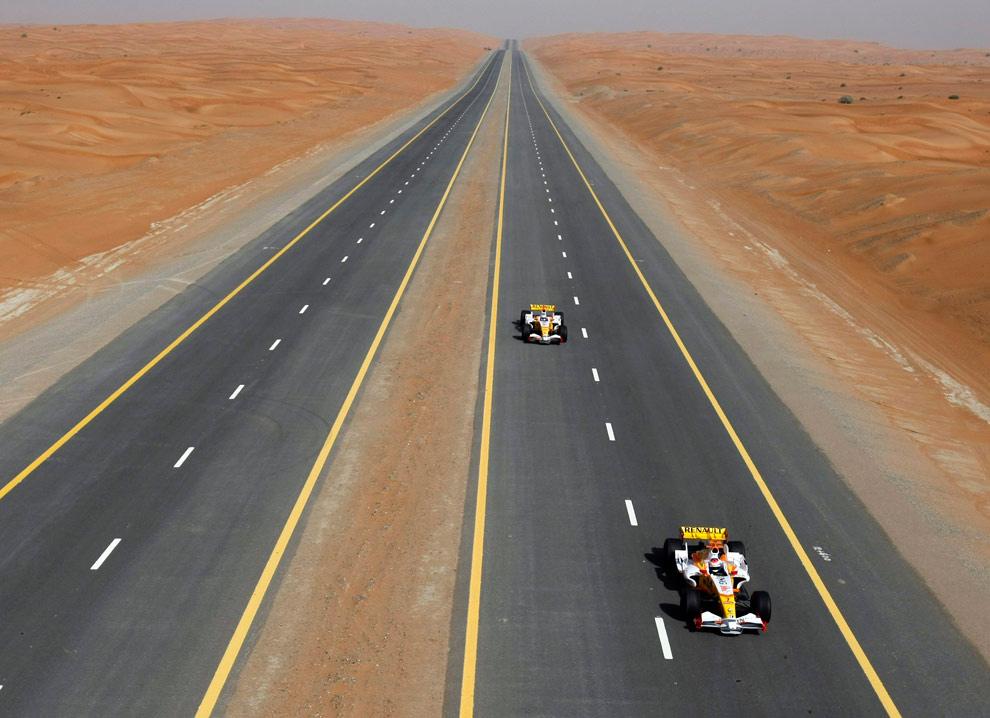 14. Ромен Грожан (слева) и Адам Кхан (справа) тестируют автомобили Renault F1 в пустыне в Дубае 9 апреля 2009 года. Тестирование входило в шоу «Renault F1 Roadshow», проходившее в Дубае. (REUTERS/ Eric Vargiolu)