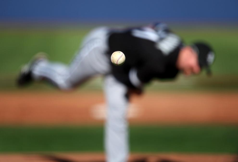 14. Питчер команды «Chicago White Sox» Скотт Лайнбринк подает во время матча против команды «Chicago Cubs» в Лас-Вегасе 5 марта 2009 года. (AP Photo/Isaac Brekken, File)