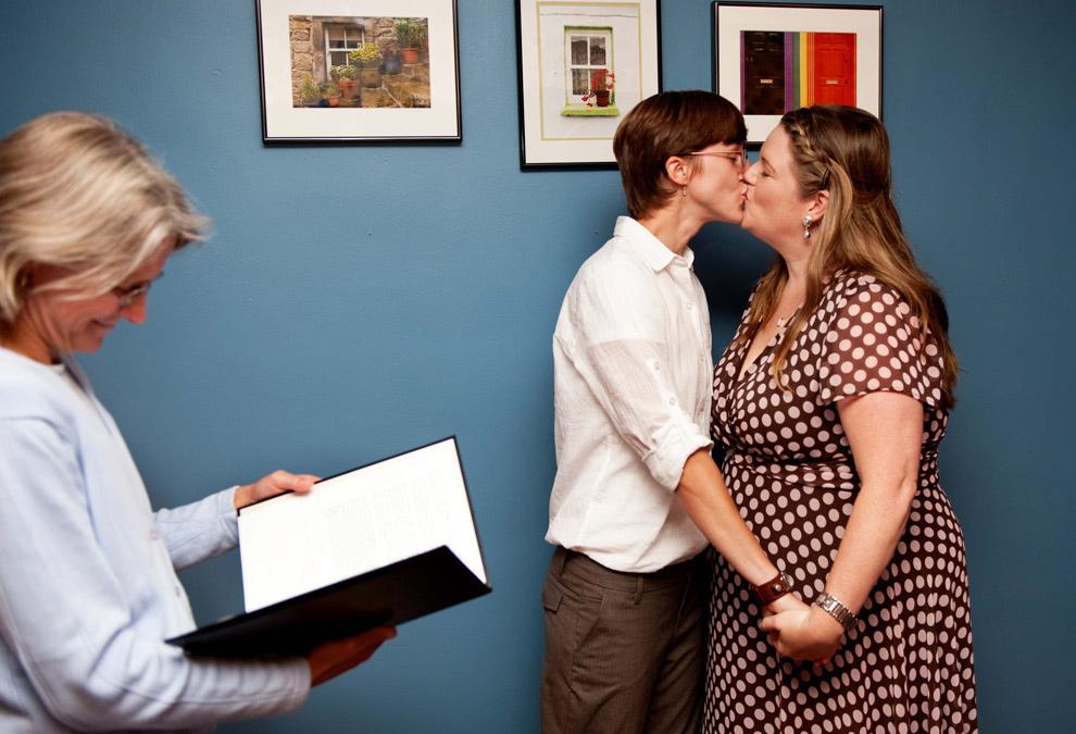 16. Клэр Уильямс (справа) и Кори Гирокс целуются, после церемонии своего бракосочетания ровно в полночь в Южном Берлингтоне, штат Вермонт, 1 сентября 2009 года – в первый день вступления в силу закона о браках между однополыми гражданами, принятым в Вермонте. (AP Photo/Karen Pike)