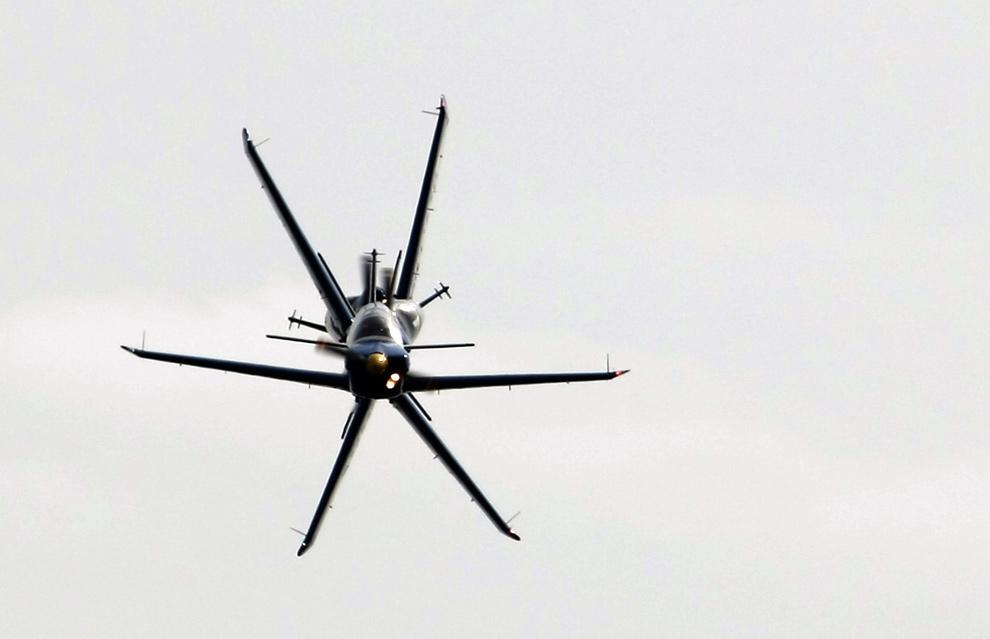 """18. Французская пилотажная группа """"Cartouche Dore"""" выполняет номер недалеко от Экс-ан-Прованса, южная Франция. (JOEL SAGET/AFP/Getty Images)"""