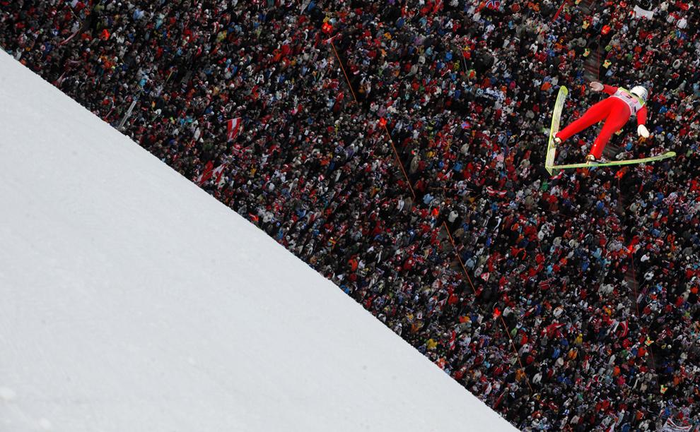 22. Норвежец Андерс Якобсен совершает первый прыжок на третьей стадии соревнования «Four Hills FIS» по прыжкам на лыжах 4 января 2009 года в Инсбруке. (JOE KLAMAR/AFP/Getty Images)