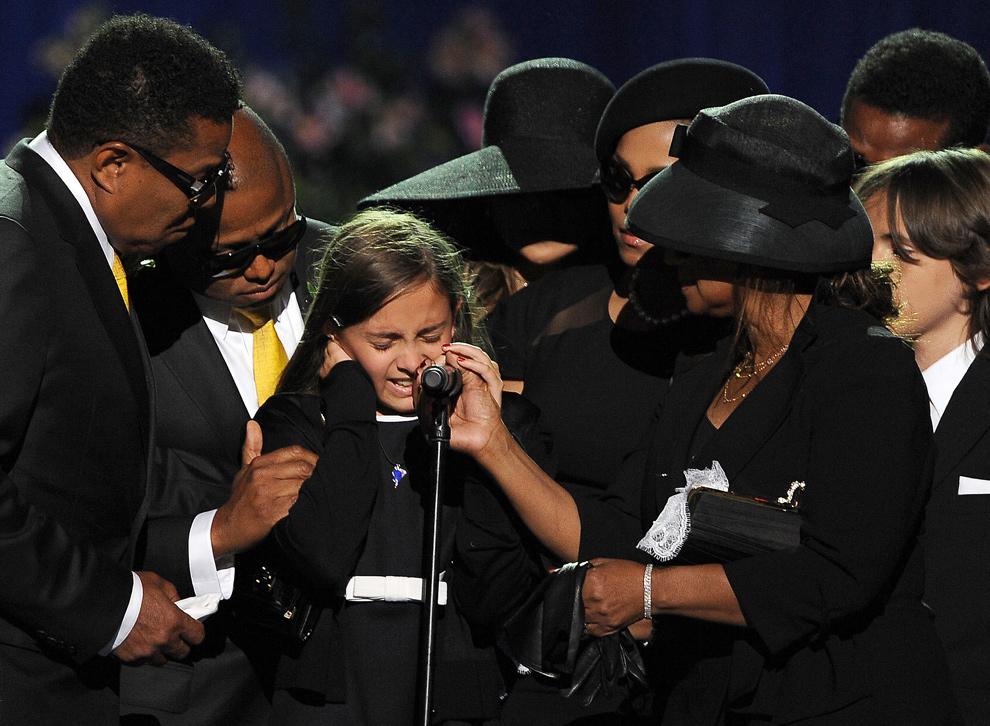 23. Члены семьи успокаивают дочь Майкла Джексона Пэрис (в центре) на панихиде легенды поп-музыки в «Стэплс-центр» в Лос-Анджелесе 7 июля 2009 года. (GABRIEL BOUYS/AFP/Getty Images)