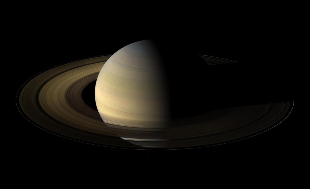 24. Наклон 20% к кольцам Сатурна. Камера, установленная на «Кассини», 75 раз сняла Сатурн, его кольца и несколько его спутников, через полтора дня после равноденствия, когда солнечные лучи падали перпендикулярно оси вращения Сатурна, отчего тень знаменитых колец превратилась в тонкую линию. Фотографии были сделаны 12 августа 2009 года, примерно на расстоянии 847,000 км. от Сатурна. (NASA/JPL/Space Science Institute)