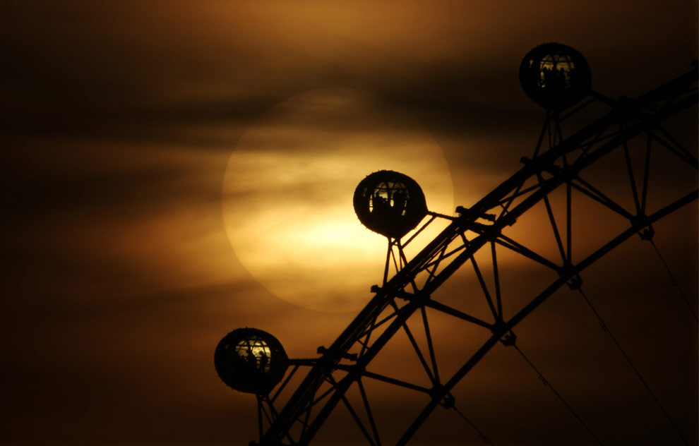 26. Солнце садится за знаменитым колесом обозрения Лондонский глаз 16 марта 2009 года в Лондоне. (Dan Kitwood/Getty Images)