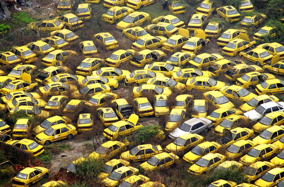 28. Тысячи старых автомобилей такси брошены во дворе в центре города Чунцин 4 марта 2009 года. В Китайских городах резко ухудшилась ситуация с пробками и загрязнением окружающей среды, так как долгосрочное экономическое расширение помогло многим жителям страны сделать такие крупные приобретения, как, например, автомобиль. (STR/AFP/Getty Images)