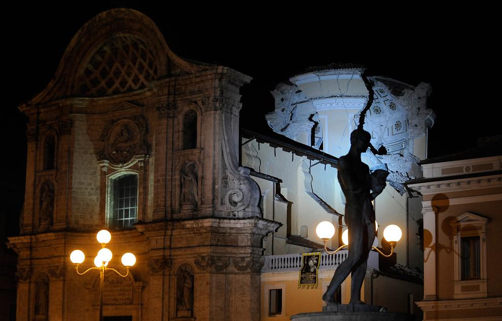 29. Церковь Santa Maria Paganica, сильно пострадавшая после землетрясения 7 апреля 2009 года в Абруццо – столице Л'Аквилы, Италия. (FILIPPO MONTEFORTE/AFP/Getty Images)