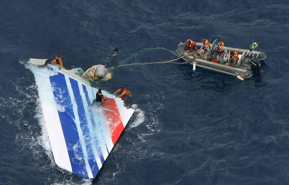 30. На этом фото, опубликованном 8 июня 2009 года Бразильским ВМФ, дайверы поднимают на поверхность огромную часть самолета «Air France A330», затерянного во время рейса над Атлантическим океаном 1 июня 2009 года. В то время в океане было найдено 17 тел в том месте, где упал самолет. (AFP/Getty Images)