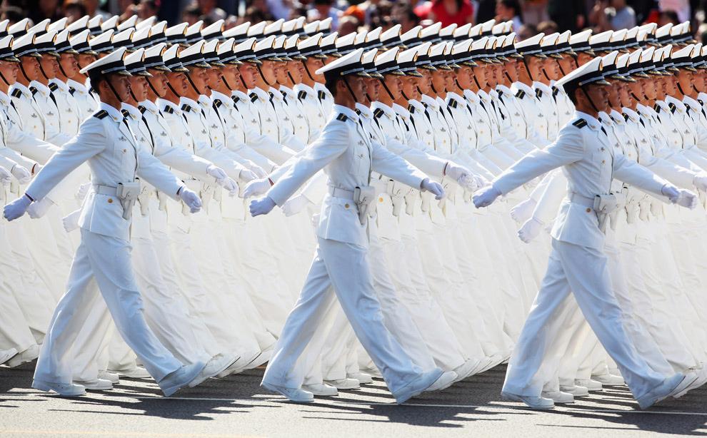 32. Моряки народно-освободительной армии маршируют на площади Тяньаньмэнь во время празднования 60-летия КНР 1 октября 2009 года в Пекине. (Feng Li/Getty Images)