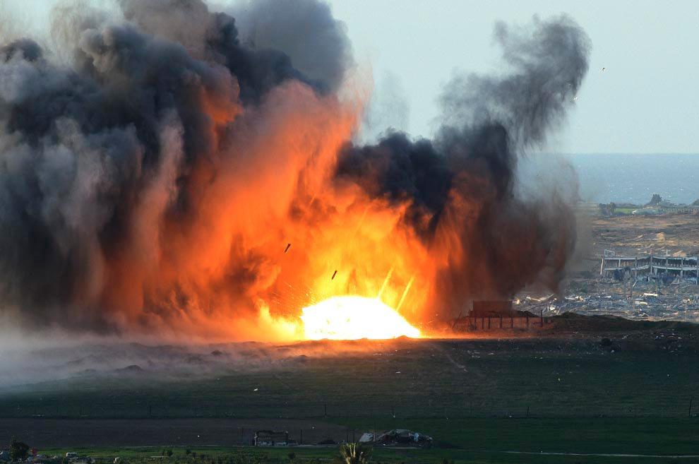 34. Ракеты, выпущенные израильским самолетом, попали в цель в северном Секторе Газа. Снимок сделан с израильской стороны границы 1 января 2009 года. (AP Photo/Gil Nechushtan)