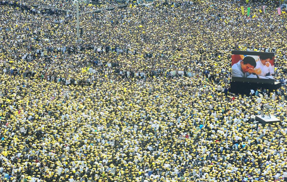 34. Сторонники бывшего президента Южной Кореи Но Му-Хена собрались на его похороны в центре Сеула 29 мая 2009 года. Тысячи плачущих граждан вышли на улицу, чтобы отдать дань и проводить в последний путь бывшего президента Южной Кореи. (KOREA POOL/AFP/Getty Images)