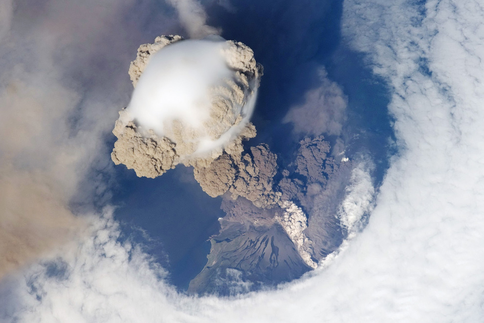 38. Вид вулкана Сарычев на Курильских островах в ранней стадии извержения 12 июня 2009 года. Фото сделано с Международной космической станции. (AFP/Getty Images/NASA)