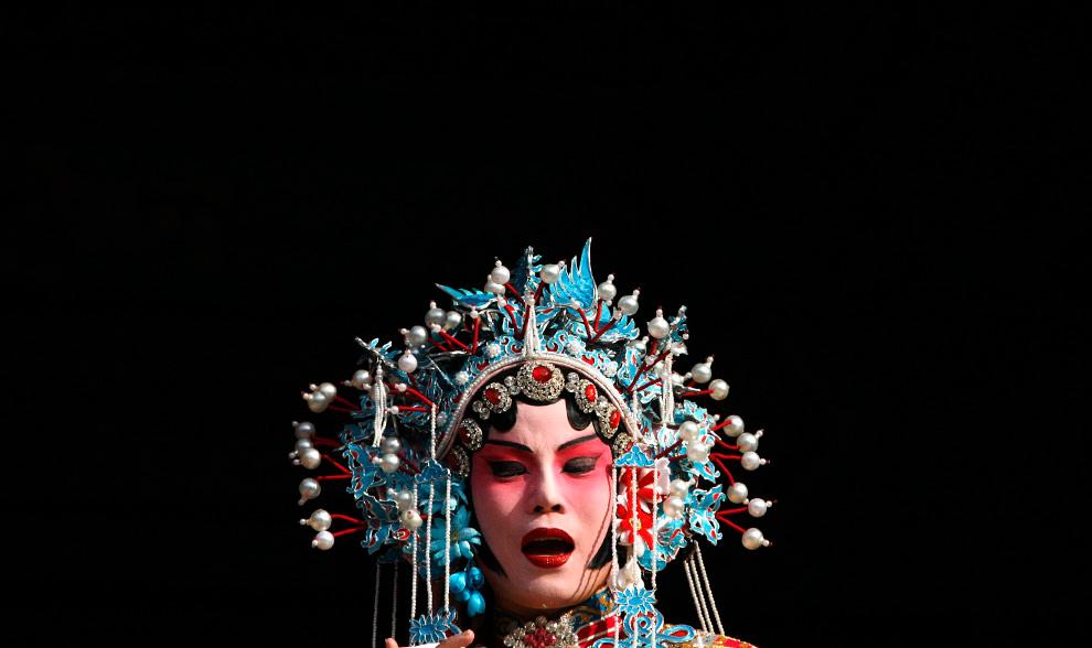 39. Певица в традиционном костюме во время празднования фестиваля китайских фонариков в городе Тяньцзинь в 100 км к востоку от Пекина 9 февраля 2009 года. Фестиваль фонариков знаменует последний день празднования двухнедельного китайского Лунного нового года. (REUTERS/David Gray)