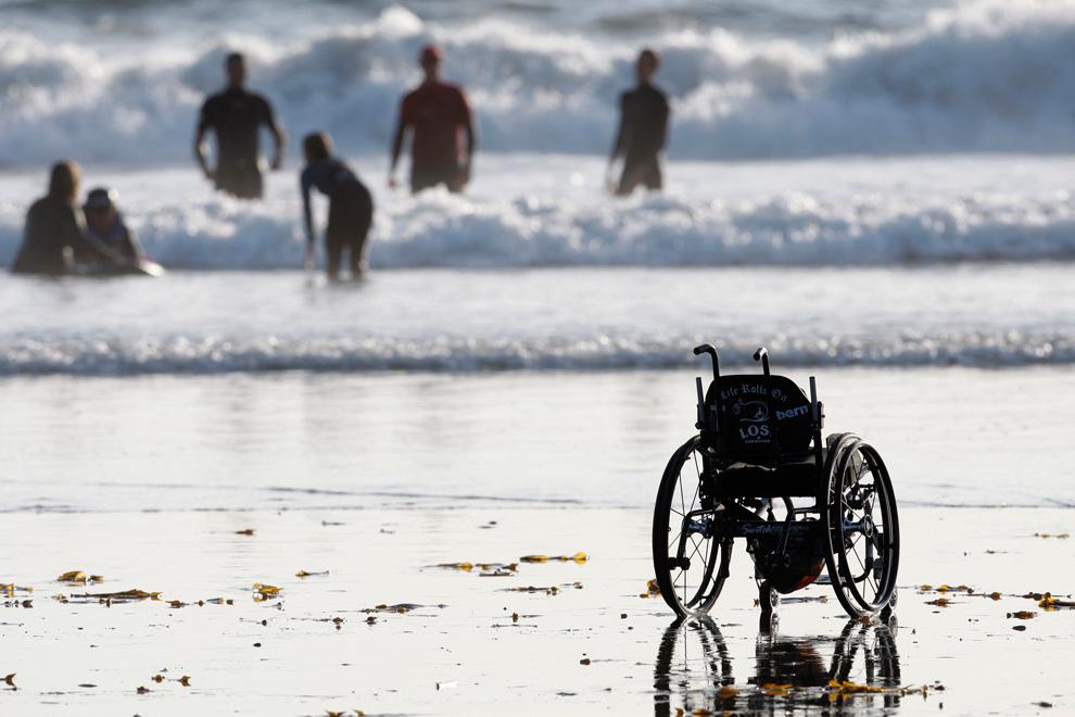40. Пустое инвалидное кресло, принадлежащее 15-летнему Патрику Ивисону с параличом четырех конечностей, стоит на пляже, пока Ивисон, его мама и друзья готовятся к поездке на доске для серфинга на пляже Кардиффа в Сан-Диего, Калифорния, 6 октября 2009 года. (AP Photo/Lenny Ignelzi)
