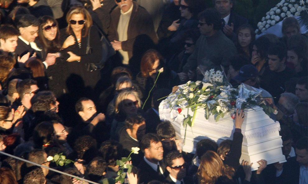 4. Родственники несут гроб 15-летнего Александроса Григоропулоса на его похоронах в Афинах 9 декабря 2008 года. На окраинах Афин более 5000 человек, одетых в черное, пришли на похороны 15-летнего мальчика, застреленного полицейским в субботу. Это дало начало худшим за последние годы в Афинах мятежам и демонстрациям. (REUTERS/Oleg Popov)