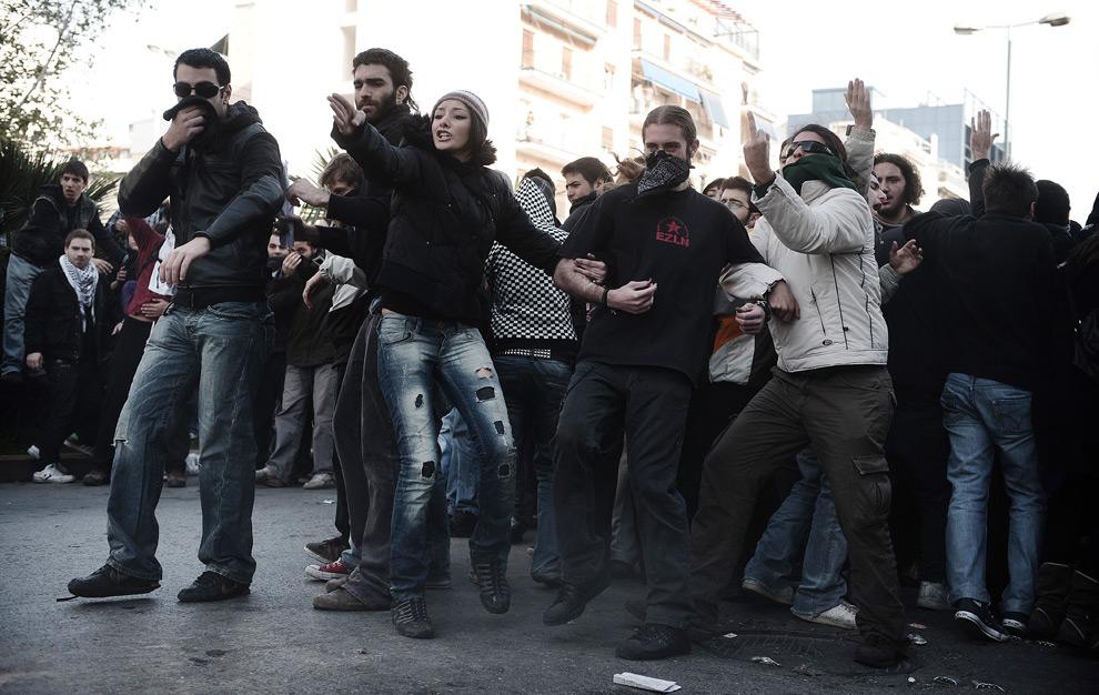 7. Студенты протестуют перед отделением полиции в Афинах 15 декабря 2008 года. Полицейский отряд для разгона демонстраций окружил отделения полиции в Афинах, когда греческие демонстранты нацелились на государственные учреждения. (OLIVIER LABAN-MATTEI/AFP/Getty Images)