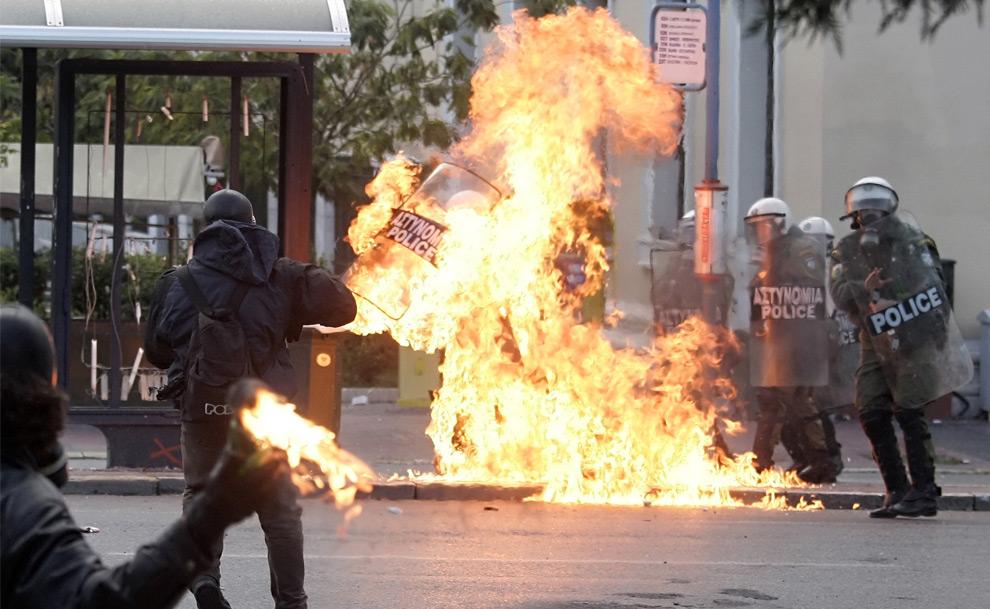 8. Полицейский штурмового отряда охвачен огнем после того, как в него бросили коктейль Молотова в центральных Афинах 12 декабря 2008 года. (Kostas Tsironis/AFP/Getty Images)