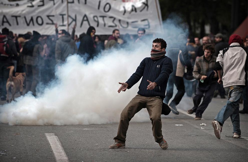18. Демонстранты сцепились со штурмовым отрядом на демонстрации в Афинах 12 декабря 2008 года. (OLIVIER LABAN-MATTEI/AFP/Getty Images)