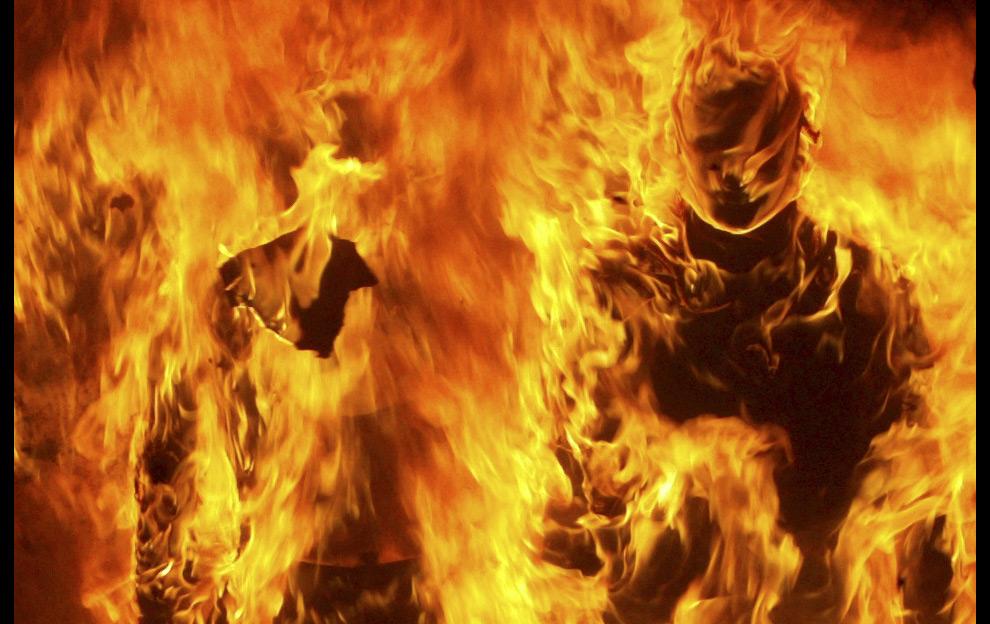 25. Манекены горят во время демонстраций в городе Салоники на севере Греции 8 декабря 2008 года. (REUTERS/Grigoris Siamidis (GREECE)