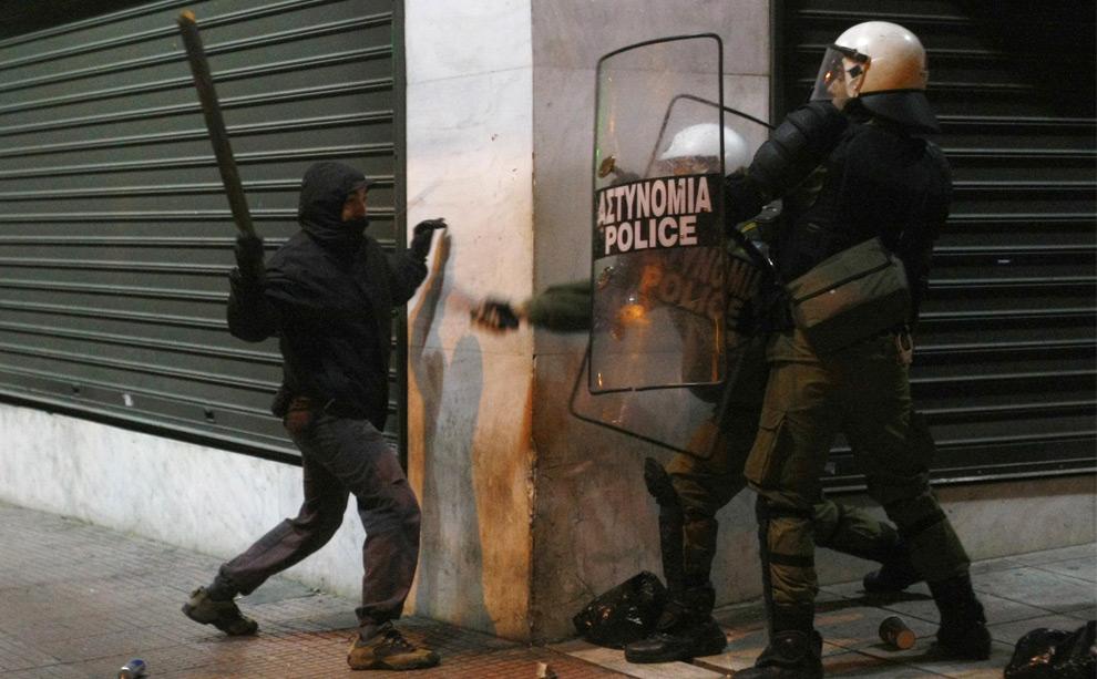 32. Демонстрант дерется с полицией в центре Афин 11 декабря 2008 года. (REUTERS/Yiorgos Karahalis)