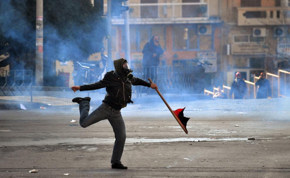 33. Демонстрант бросает камень в полицию во время протеста у офиса министерства регионального правительства в городе Салоники на севере Греции 10 декабря 2008 года. (DIMITAR DILKOFF/AFP/Getty Images)