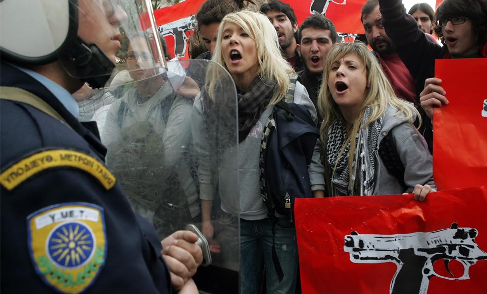 34. Студенты кричат на полицейских штурмового отряда у отделения полиции во время протеста в Афинах 15 декабря 2008 года. (LOUISA GOULIAMAKI/AFP/Getty Images)