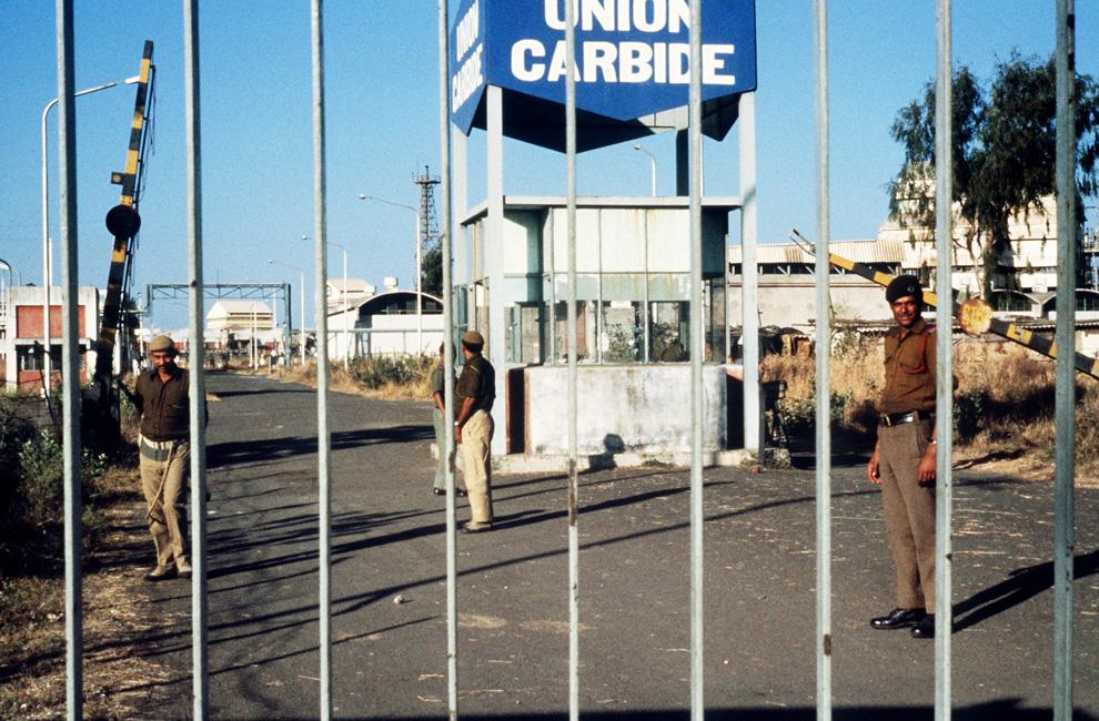 2. На этом архивном снимке от 4 декабря 1984 года можно видеть солдат, охраняющих вход на завод «Union Carbide» в Бхопале после утечки смертельно-ядовитого газа. Выжившие в той крупнейшей в мире техногенной катастрофе были шокированы, узнав, что бывший завод, погубивший тысячи людей, планировали открыть для посетителей 25 лет спустя. Эти планы так и не реализовались. (BEDI/AFP/Getty Images)
