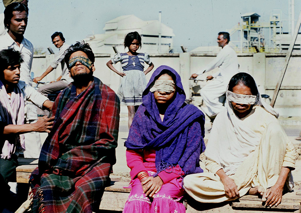 3.  Dalam foto dari 4 Desember 1984 Anda akan melihat orang-orang dibutakan oleh kebocoran gas di sebuah pabrik di Bhopal.  (AFP / AFP / Getty Images)