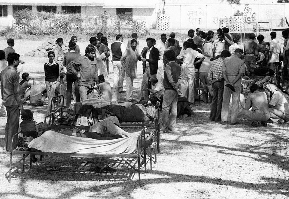 4. Потерявшие зрение жертвы утечки газа на заводе «Union Carbide» в Бхопале 4 декабря 1984 года. Они ждут на улице, пока их осмотрит врач. (BEDI/AFP/Getty Images)