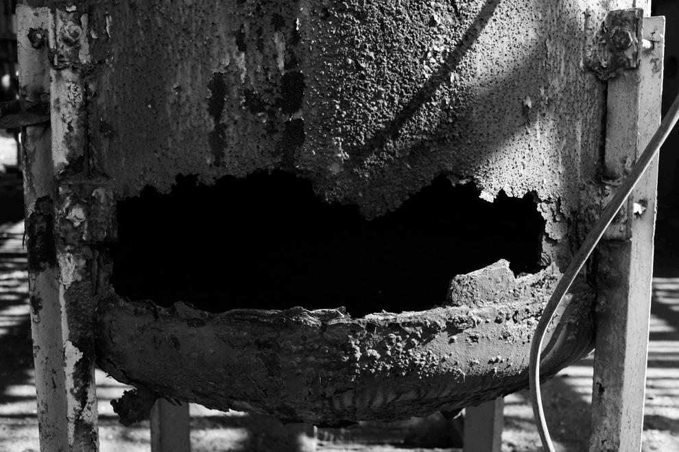 6.  Lubang menganga dalam wadah berkarat di sebuah pabrik kimia «Union Carbide» 21 November 2009.  (AP Photo / Saurabh Das)