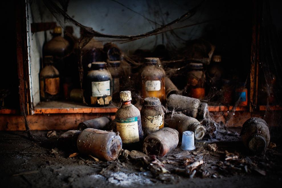 8.  Dilempar botol bahan kimia di lantai gedung di situs dari sebuah pabrik kimia sepi «Union Carbide» November 28, 2009 di Bhopal, India.  (Daniel Berehulak / Getty Images)