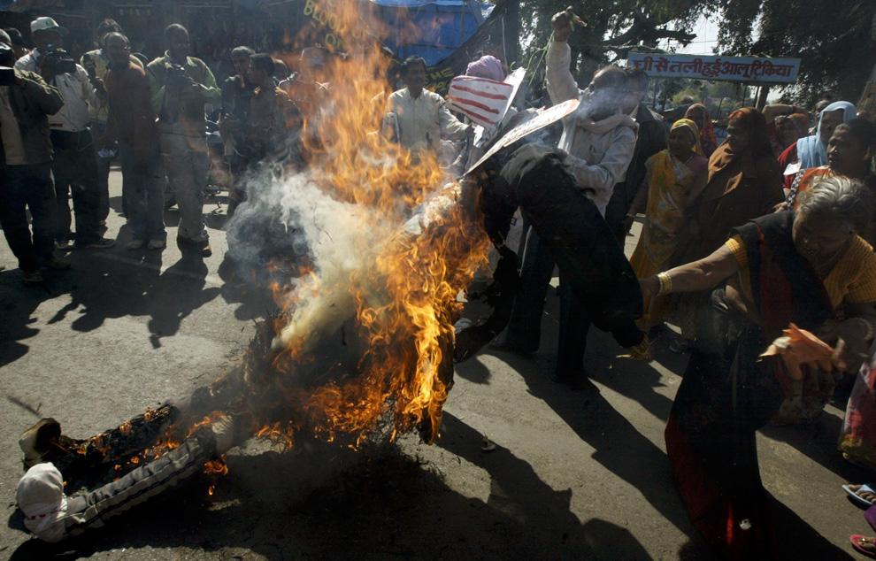 12.  Aktivis yang selamat dari bencana itu membakar patung Bhopalskoy selama protes terhadap perusahaan «Union Carbide Corp» sebelum ulang tahun ke 25 dari bencana 1984 di Bhopal, 29 November 2009.  (REUTERS / Raj Patidar)