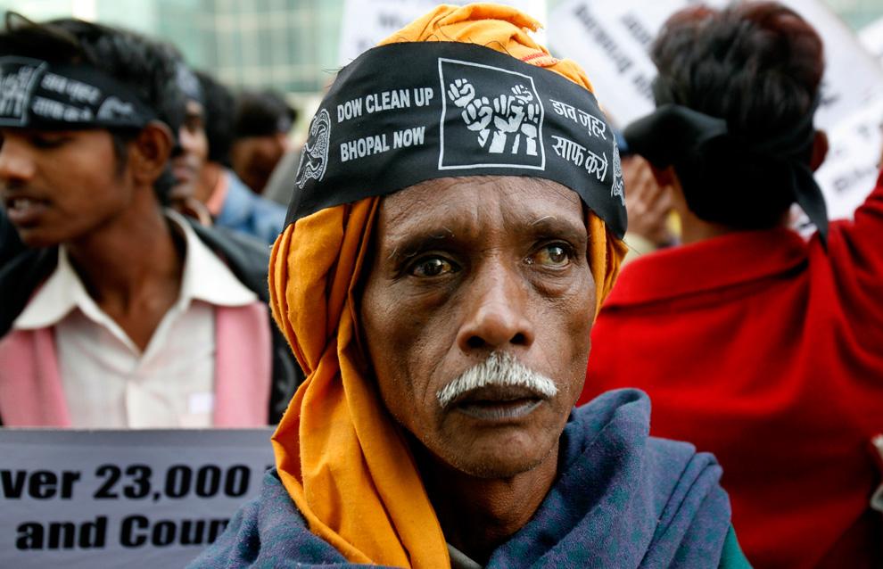13. Активисты и выжившие в Бхопальской катастрофе 1984 года, из-за которой погибли и пострадали тысячи людей, протестуют против компании «Dow Chemical» у ее офиса в Нойде на окраине Нью-Дели в четверг 19 ноября 2009 года. (Staffing/Manish Swarup)